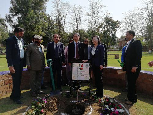 2在皮尔阿里.沙阿.干旱农业大学,吴平、李崇光分别种下了代表中巴友谊的常青树