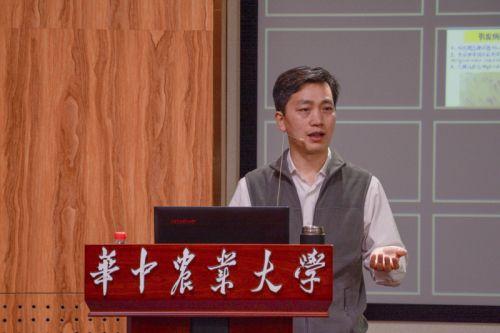 """顾泽茂在讲授""""水产动物疾病学""""课程1"""