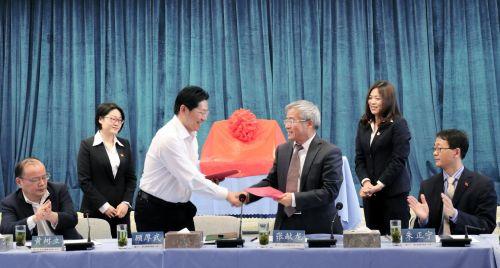 顾厚武、张献龙代表双方签订合作协议(供图:陈志强)