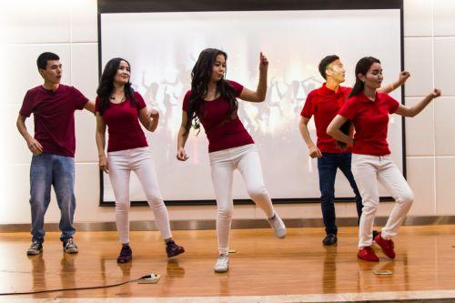 充满活力的集体舞蹈表演(学通社记者 吴毅博摄)