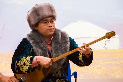 哈萨克斯坦乐器演奏(学通社记者 吴毅博摄)