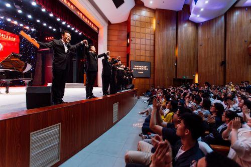 返场谢幕时,观众掌声不断 学通社记者 伍儆人摄