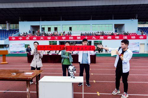 书法爱好者机械类1705班石仁正和机器人同台竞技作品展示 学通社记者 伍儆人摄