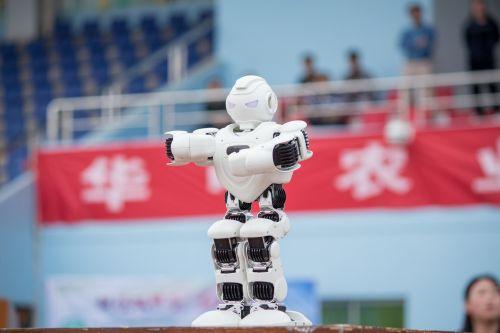 唱歌的小机器人演唱生日快乐歌献礼校庆 (学通社记者 蒲振 摄 )
