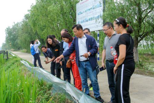 7-4青年教师与贾平安主任探讨田边种绿植、果蔬等