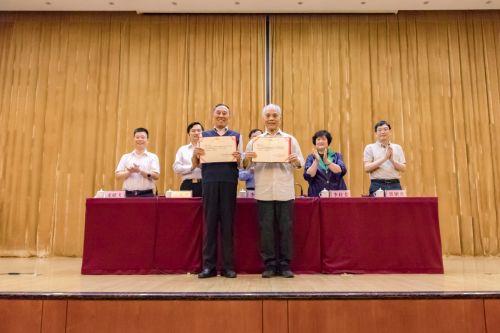 中国老教授协会首届书画展获奖老同志-学通社梁芮涵摄