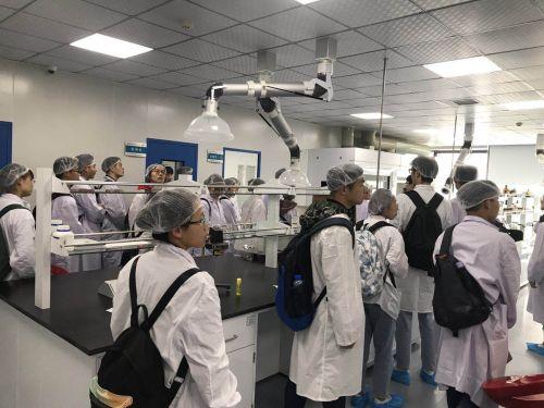学生参观武汉人福医药生产车间