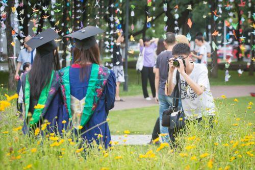 毕业生们也抓住机会和这一片千纸鹤合影 (学通社记者 蒲振 摄)