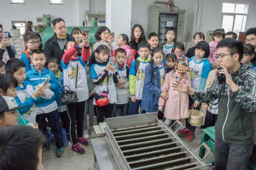 老师给同学们讲解茶叶制作实际操作(学通社记者 蒲振 摄)