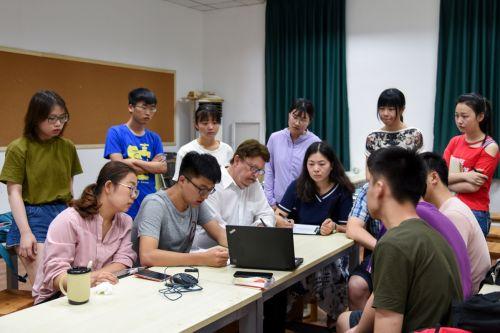 课堂以小组讨论形式开展