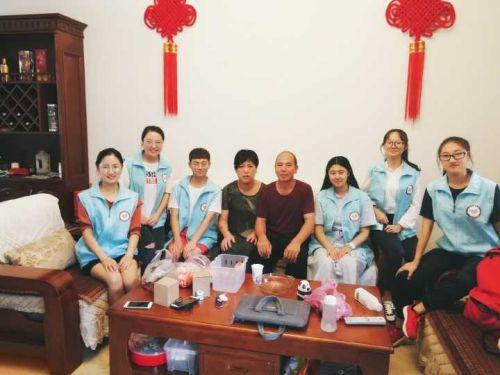 张瑜服务队队员回访张瑜父母(供图 周梓滢)