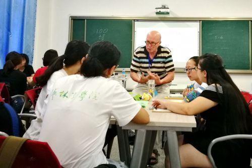 Garry Fourman和学生们讨论_副本_副本