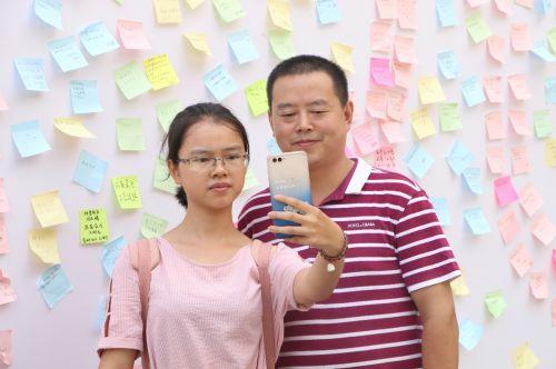 与父亲的合照,记录下人生的美好时刻(学通社记者 吴毅博摄)