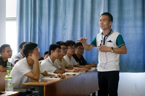 老师与学生共同探究学科的魅力(学通社记者 李晔 摄)