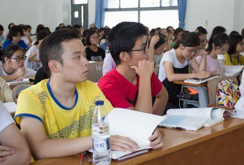 同学们聚精会神地听老师讲课(学通社记者 李晔 摄)