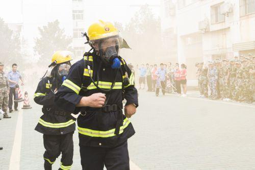 2018新生消防安全演习,保卫处着防护用具赶到现场(学通社记者 彭韵菲 摄)