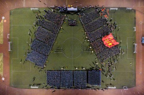"""参加红歌会的军训师摆出了""""八一""""的阵型 学通社记者 伍儆人 摄_副本_副本"""