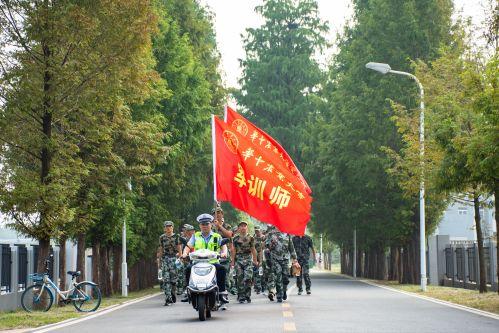 走过南湖畔,军训师各团向狮山进发  学通社记者赵婉玥摄