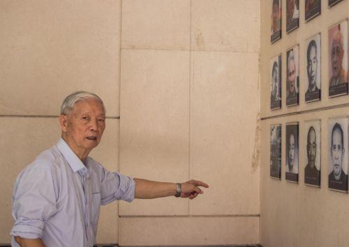 老校友陈自业辨认当年的老师