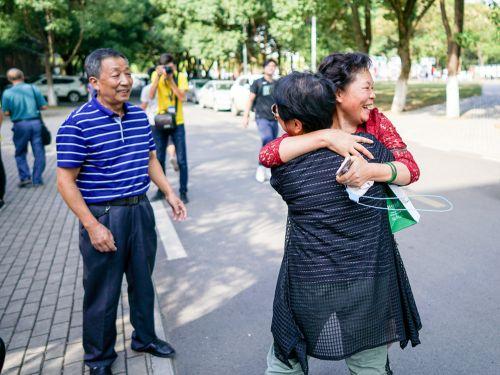 10月1日下午水产学院门口,见面的老校友激动地相拥【学通社记者李烨摄】