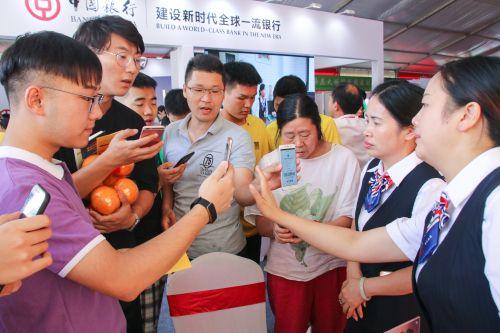 中国银行推出的一分钱领橙子活动引得大家纷纷扫码参与【学通社记者 吴毅博摄】