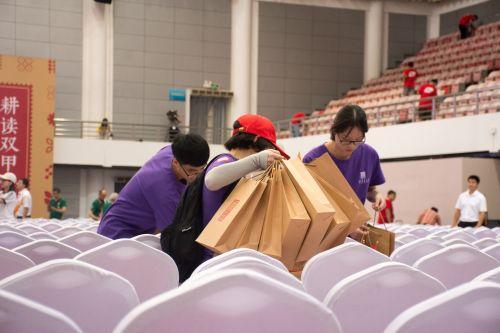十月二日120校庆典礼结束后志愿者清理纸袋【学通社摄影彭雨格】