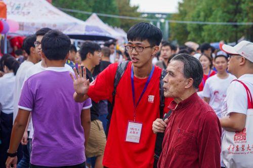 十月二日上午 一位志愿者带领校友前往狮子山广场进行学科文化体验【学通社记者李烨摄】