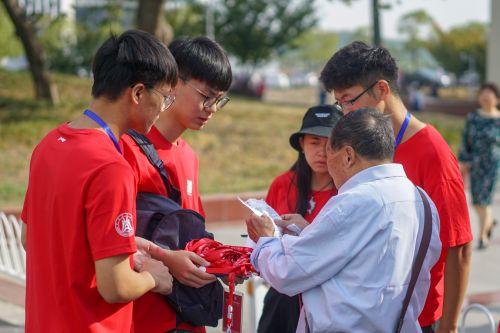 十月二号体育馆签到处志愿者为校友讲解签到事宜【学通社记者李烨摄】