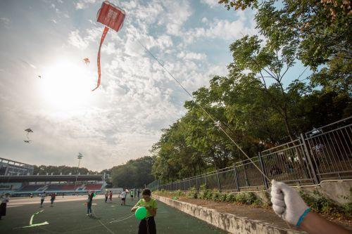 10月2号下午第二运动场风筝节 专业人员正在放风筝 【学通社记者 沈一风 摄】