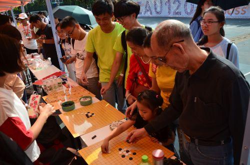 10月2日下午社团互动一家校友在棋艺社前参加活动  学通社记者 李金诚
