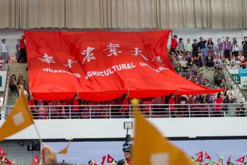 10月2日体育馆,120周年校庆大会传递校旗【学通社记者 冯师洁 摄】