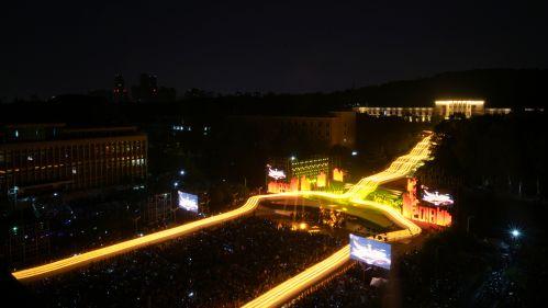 十月二日晚校庆之夜火把巡游队伍排成一个人字 【学通社摄影李烨摄】