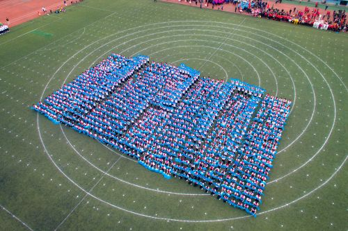 蓝色扇子舞方阵摆出120的造型【学通社记者 伍儆人 摄】
