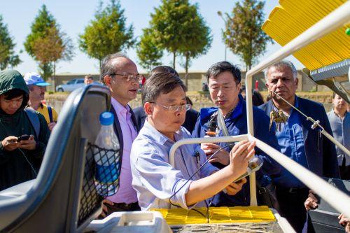 图3 国际学员观摩插秧机制造质量测试