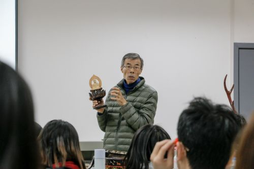 刘大师在讲解艺术品【学通社记者 周子恒 摄】