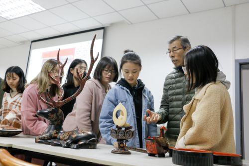 课间的时候,同学们都围着刘大师讨论问题【学通社记者 周子恒 摄】