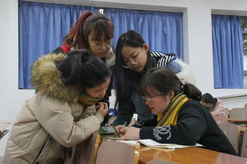 课后学生向沈婧芳老师提问【学通社记者 孟可欣 摄】-4