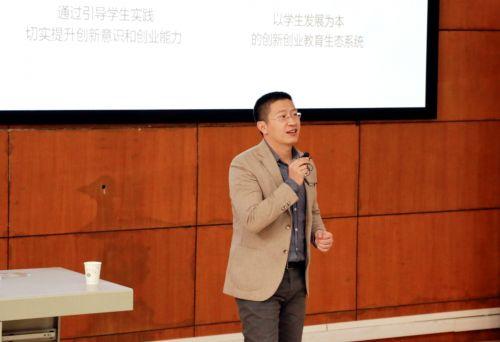 2.乔宝刚与学生交流(供图:李欣雨)