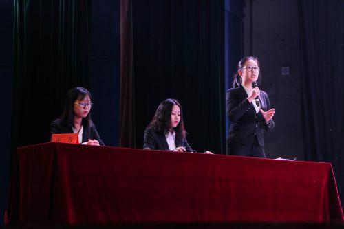辩论赛正方辩手陈述观点【学通社记者 唐璐 摄】