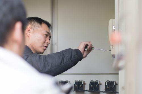 水电科工作人员在检查电表【学通社记者 骆嘉 摄】
