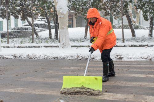 后勤处工作人员正在卖力地铲雪【学通社记者 骆嘉 摄】