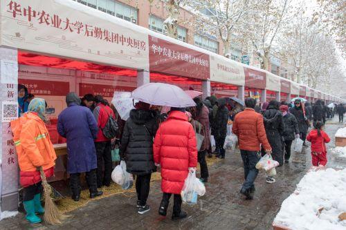 人们在雪天逛农展会【学通社记者 骆嘉 摄】