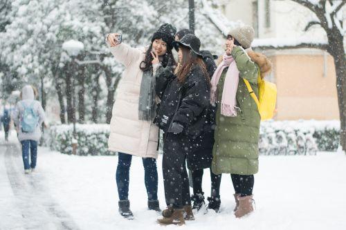 荟五教超前同学们雪中自拍【学通社记者 周奕淳 摄】