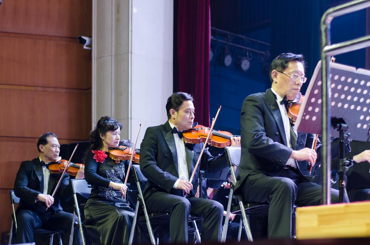 1月5日晚大活剧场,专注的小提琴手【学通社记者 张睿言 摄】