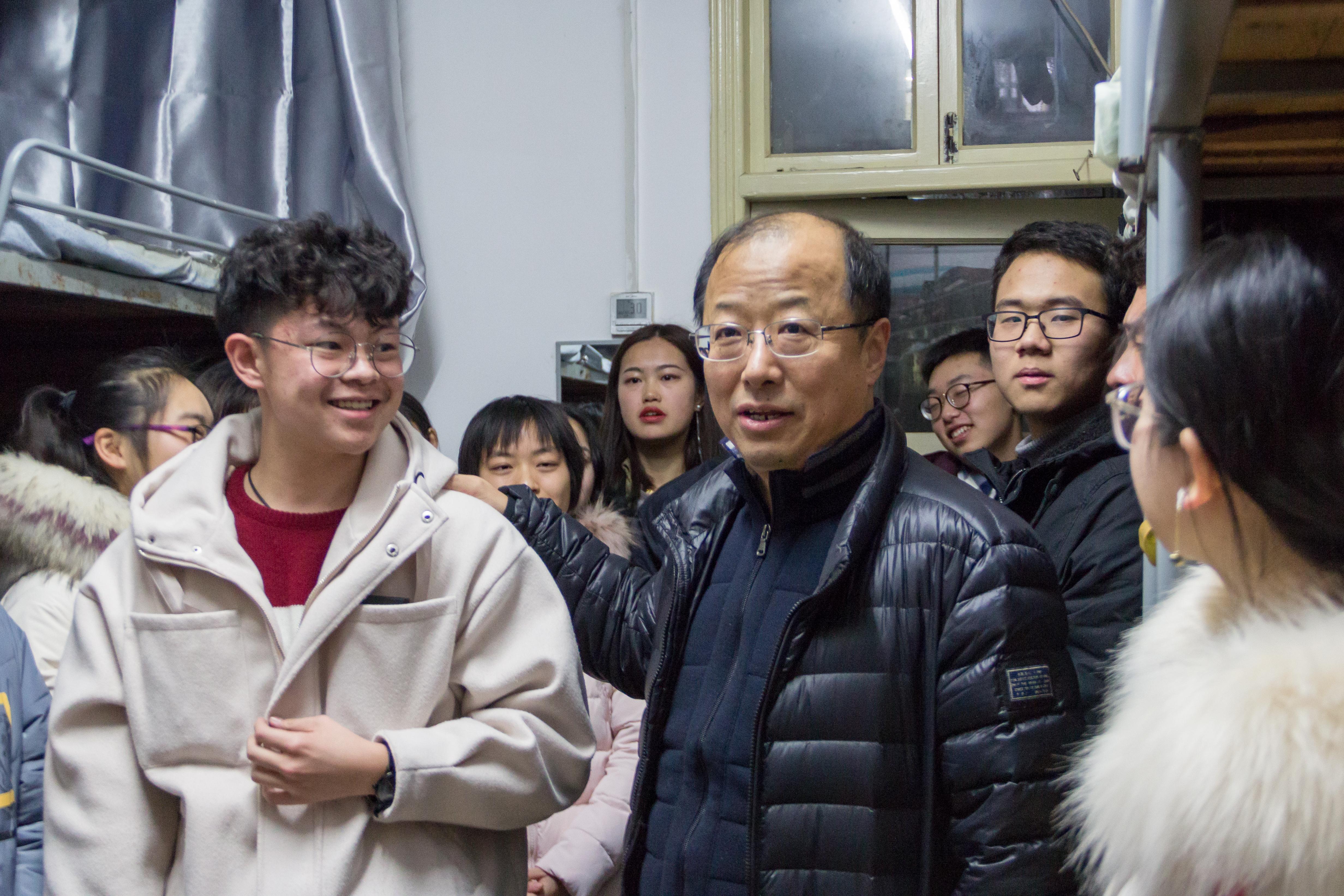 李召虎校长与学生交流【学通社记者 张睿言 摄】