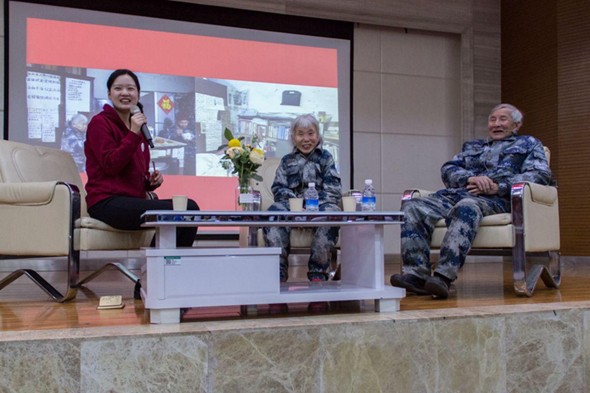 马旭夫妇与同学们分享年轻时的故事【学通社记者 刘航 摄】 (1)