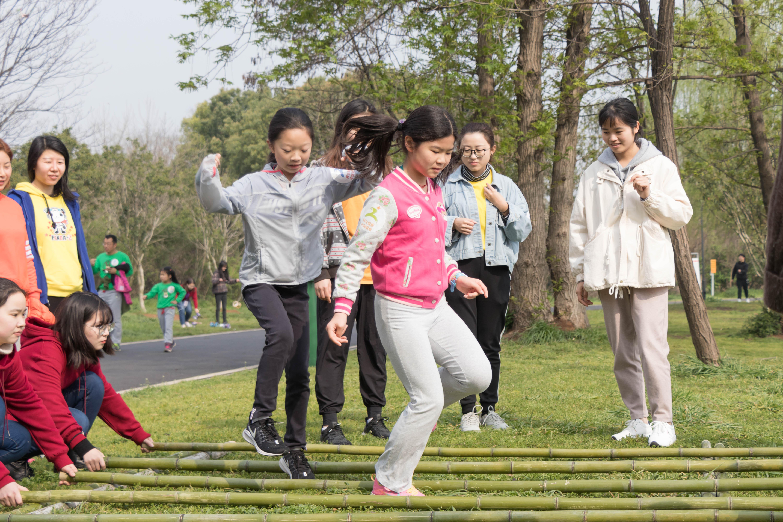 3月23日,环校长跑,小朋友们体验跳竹竿游戏【学通社记者 黎晨聪 摄】 (20)