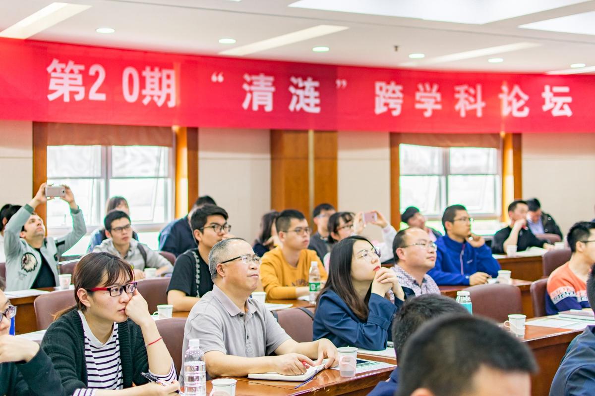 参加论坛的老师与学生听取李大伟教授做相关病毒报告【学通社记者 刘航 摄】