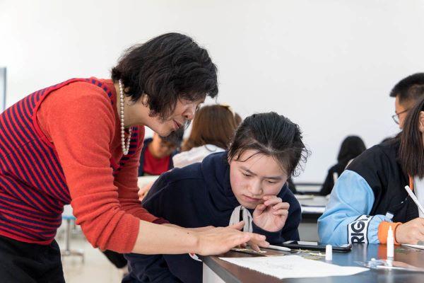 王彩云同学对同学的粘花作品提出建议【学通社记者 骆嘉 摄】