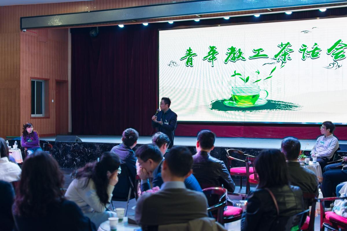沈希飞老师与教师们分享发声的经验【学通社记者 刘航 摄】 (2)